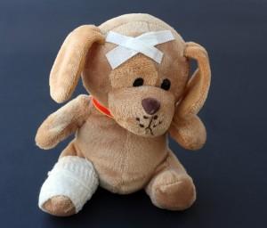 Teddy mit versorgten Wunden